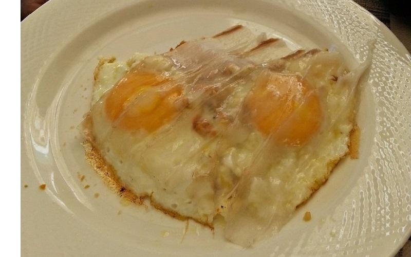 Uova al lardo su letto di pane tartufato